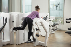 woman exercises with David G260 device to reduce hip pain